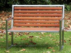 2-sitzige Gartenbank mit Bangkirai-Sitzfläche und Rückenlehne - de greiff design